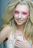 Mujer joven que baila a la música en sus auriculares Imagen de archivo libre de regalías