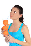 Mujer joven que bebe el zumo de naranja Imágenes de archivo libres de regalías