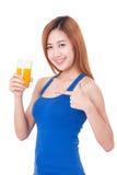 Mujer joven que bebe el zumo de naranja Imagen de archivo