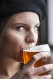 Mujer joven que bebe la cerveza clara de Inda Fotografía de archivo libre de regalías