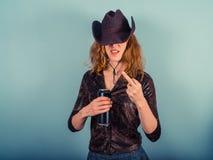 Mujer joven que bebe y que es grosera Fotografía de archivo