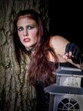 Mujer joven que busca en la noche Imágenes de archivo libres de regalías