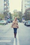 Mujer joven que camina abajo de la línea de centro Imagen de archivo