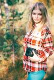 Mujer joven que camina con forma de vida al aire libre de la cámara retra de la foto Imagen de archivo libre de regalías