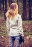 Mujer joven que camina con la cámara retra de la foto al aire libre Imagen de archivo