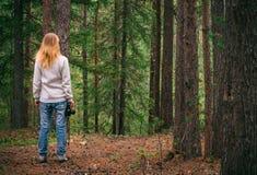 Mujer joven que camina con la cámara retra de la foto al aire libre Fotografía de archivo