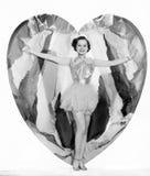 Mujer joven que camina de un corazón (todas las personas representadas no son vivas más largo y ningún estado existe Garantías de Fotos de archivo libres de regalías
