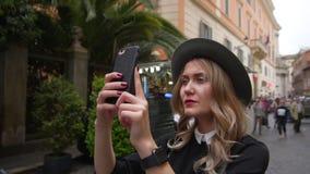 Mujer joven que camina en centro de ciudad El viajero femenino toma la foto de la ciudad vieja Muchacha que explora Italia Cámara almacen de metraje de vídeo