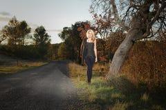 Mujer joven que camina en el campo Foto de archivo libre de regalías