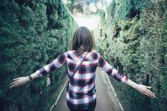 Mujer joven que camina en el laberinto del parque fotos de archivo