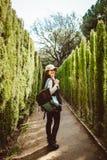 Mujer joven que camina en el laberinto del parque foto de archivo