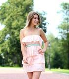 mujer joven que camina en el parque del verano Imágenes de archivo libres de regalías