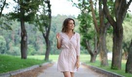 Mujer joven que camina en el parque del verano Imagen de archivo