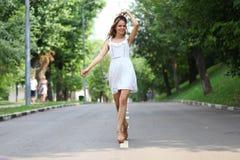 Mujer joven que camina en el parque del verano Fotos de archivo
