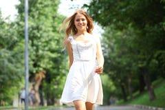 Mujer joven que camina en el parque del verano Imagen de archivo libre de regalías