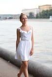 Mujer joven que camina en el parque del verano Foto de archivo libre de regalías