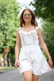 Mujer joven que camina en el parque del verano Foto de archivo