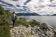 Mujer joven que camina en el parque, Noruega Imagen de archivo libre de regalías