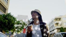 Mujer joven que camina en la calle rodeada por las burbujas blancas metrajes