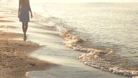 Mujer joven que camina en la costa metrajes