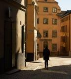 Mujer joven que camina en la luz del sol fotos de archivo libres de regalías