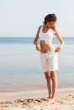 Mujer joven que camina en la playa Imagenes de archivo