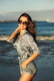 Mujer joven que camina en la playa Imagen de archivo libre de regalías