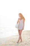 Mujer joven que camina en la playa por la tarde Fotografía de archivo
