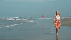 Mujer joven que camina en la playa en Seminyak, Bali almacen de metraje de vídeo