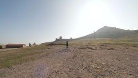 Mujer joven que camina en las montañas almacen de video