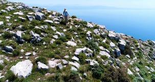 mujer joven que camina en montañas sobre la costa de Amalfi almacen de video
