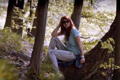 Mujer joven que camina en parque de la primavera Imagen de archivo libre de regalías