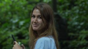 Mujer joven que camina en selva de la selva tropical en Bali almacen de video