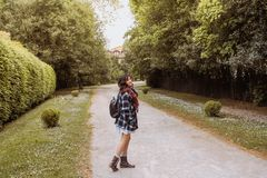 Mujer joven que camina en una trayectoria entre margaritas foto de archivo