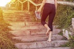 Mujer joven que camina encima de las escaleras fotografía de archivo libre de regalías