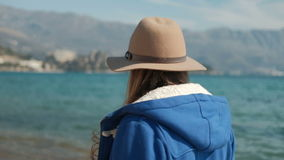 Mujer joven que camina lentamente a lo largo de orilla del océano almacen de video