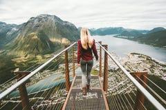 Mujer joven que camina solamente en el punto de vista de Rampestreken fotografía de archivo