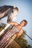 Mujer joven que camina un camino con el caballo Fotos de archivo libres de regalías