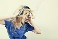 Mujer joven que canta con los auriculares Fotografía de archivo