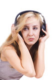 Mujer joven que canta con los auriculares aislados Fotografía de archivo