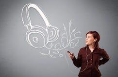 Mujer joven que canta y que escucha la música con headpho abstracto Imagen de archivo libre de regalías