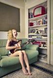 Mujer joven que canta y que toca la guitarra eletric Fotos de archivo libres de regalías