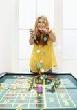 Mujer joven que celebra con Chips At Roulette Table foto de archivo libre de regalías