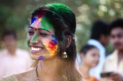 Mujer joven que celebra festival del holi imagenes de archivo