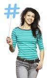 Mujer joven que celebra una medios sonrisa social de la muestra foto de archivo