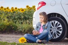 Mujer joven que charla en su teléfono móvil Imágenes de archivo libres de regalías