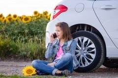 Mujer joven que charla en su teléfono móvil Foto de archivo