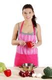 Mujer joven que cocina el alimento sano Imágenes de archivo libres de regalías