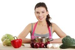 Mujer joven que cocina el alimento sano Fotografía de archivo libre de regalías