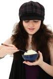 Mujer joven que come el arroz con los palillos Fotografía de archivo libre de regalías